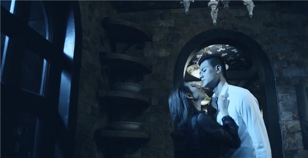 """Trong MV mới, Hoàng Thùy Linh - Vĩnh Thụy có khá nhiều """"cảnh nóng"""" trên màn ảnh. - Tin sao Viet - Tin tuc sao Viet - Scandal sao Viet - Tin tuc cua Sao - Tin cua Sao"""