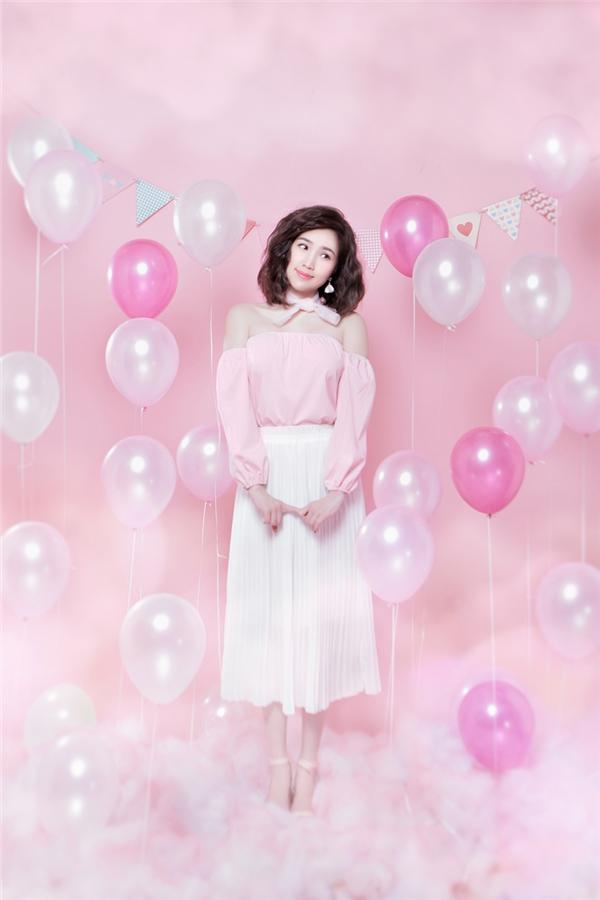 Trong bộ ảnh, nữ ca sĩ mặc sexy vừa đủ, trông dễ thương, trẻ trung như hình ảnh khán giả từng yêu mến cô trước kia.
