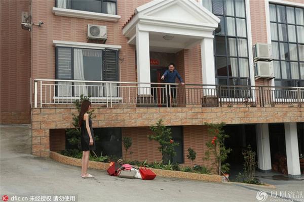 """Cô gái trẻ mang hết túi xách đắt tiền ra trước nhà để """"phóng hỏa"""". (Ảnh: Internet)"""