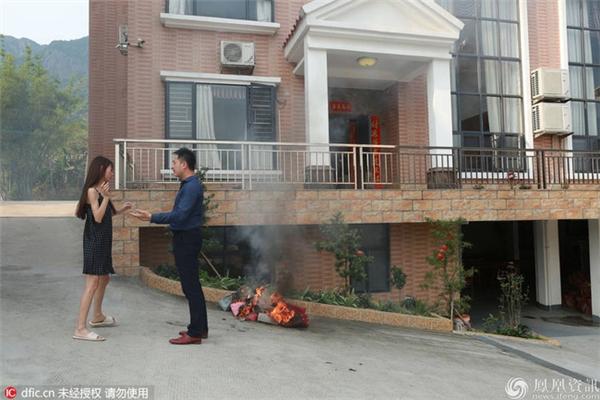"""Dù chồng """"cao phú soái"""" năn nỉ, khuyên giải, nhưng Tiểu Đồng vẫn rất cứng rắn. (Ảnh: Internet)"""