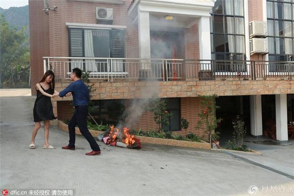 Những hình ảnh này khiến cư dân mạng hoài nghi về câu chuyện của Tiểu Đồng. (Ảnh: Internet)