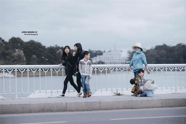 Xót xa trước loạt ảnh em bé bán bánh bên Hồ Xuân Hương