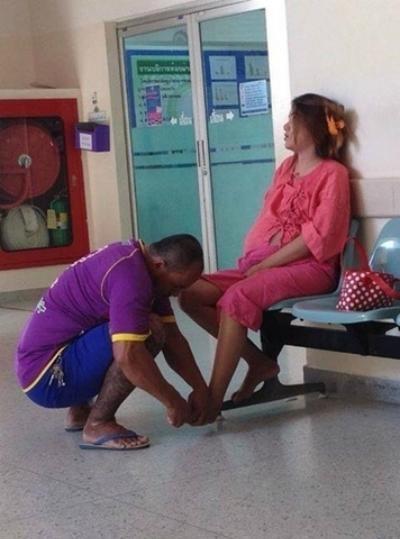 Chàng trai ngồi xoa bóp chân cho người vợ đang mang bầu từng khiến nhiều dân cư mạng cảm động. (Ảnh: Internet)