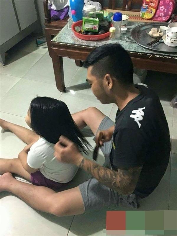 Hình ảnh bố xăm trổ ngồi cột tóc cho con gái thu hút sự chú ý của dân mạng. (Ảnh: Internet)