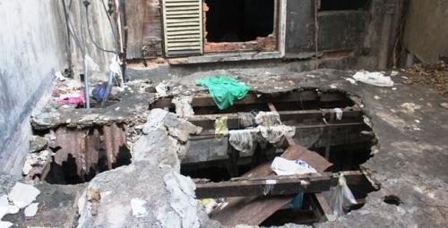 Nhiều hộ dân đã di dời để lại những căn phòng trống hoang tàn với đồ đạc lổn nhổn. Ảnh: Trí Thức Trẻ