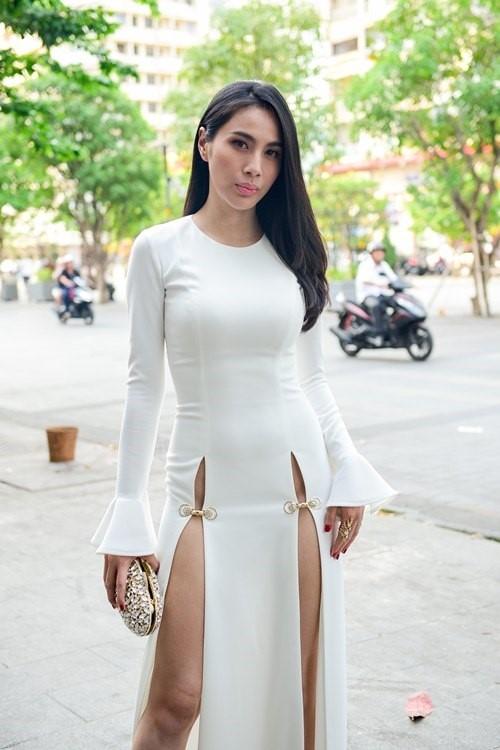 """Sau một thời gian dài im ắng, Thủy Tiên bất ngờ tái xuất khi tham dự đêm tiệc thời trang thuộc khuôn khổ Vietnam Designer Fashion Week 2016. Để """"chặt chém"""" dàn mĩ nhân trên thảm đỏ, nữ ca sĩ diện bộ váy trắng xẻ tà sâu hun hút đối xứng hai bên. Tuy nhiên, khán giả, giới mộ điệu lại cho rằng thiết kế quá phản cảm và không phù hợp với quan niệm thẩm mĩ của người Việt."""