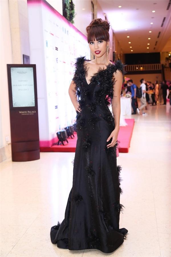 Bộ váy đen kết hợp những họa tiết hoa bằng voan, kiểu tóc búi đánh xù của Hà Anh như mang người xem trở về với thời trang dạ hội những năm 90 của thế kỉ trước. Giữa một đêm tiệc ngập tràn các mĩ nhân đình đám của V-biz, đây thực sự là một lựa chọn sai lầm của Hà Anh.