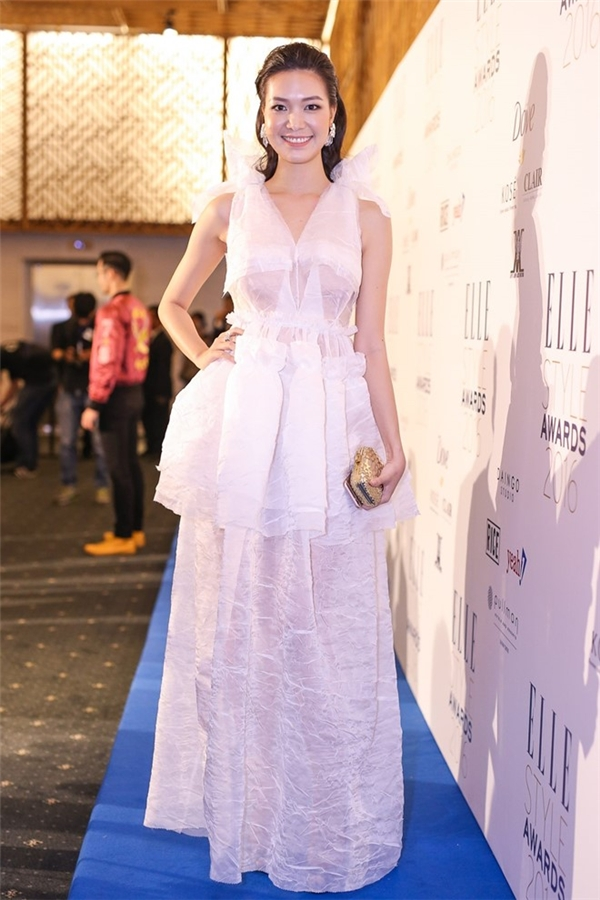 Sở hữu chiều cao, sắc vóc nổi bật nhưng Hoa hậu Thùy Dung lại luôn bị trang phục dìm hàng không thương tiếc. Bộ cánh màu trắng mỏng tang này chỉ phù hợp để mang lên sàn diễn hơn là ứng dụng ra đời thực, thảm đỏ.