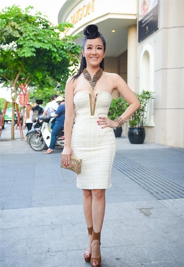 Cách làm tóc, trang điểm và những phụ kiện mà Hồng Nhung mang đi một nơi trong khi đó trang phục lại đi một nẻo.
