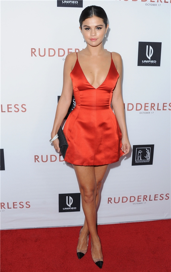Selena Gomez nổi bật trong chiếc váy ngắn màu đỏ.