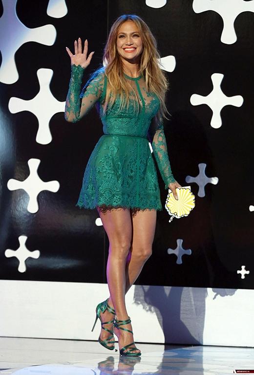 Jennifer Lopez trẻ trung trong chiếc váy ngắn màu xanh tại Teen Choice Award 2014.
