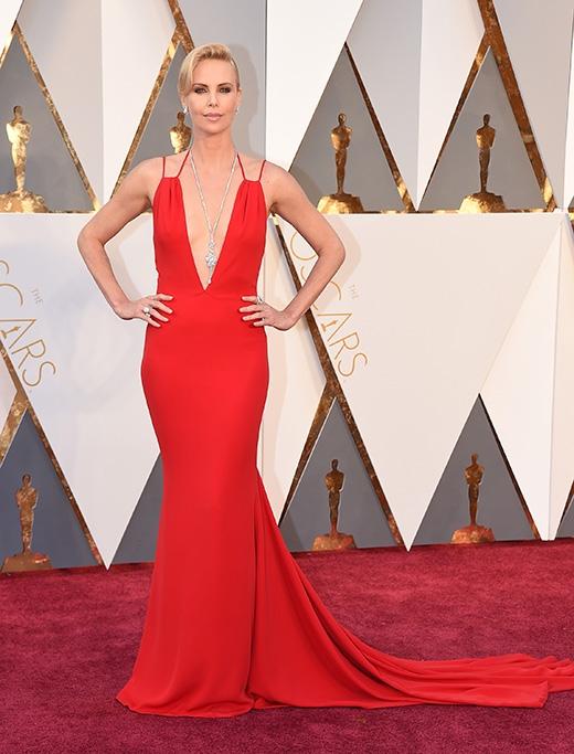 Minh tinh Charlize Theron nổi bật và quyền lực trong chiếc váy đỏ tại lễ trao giải Oscar 2016.