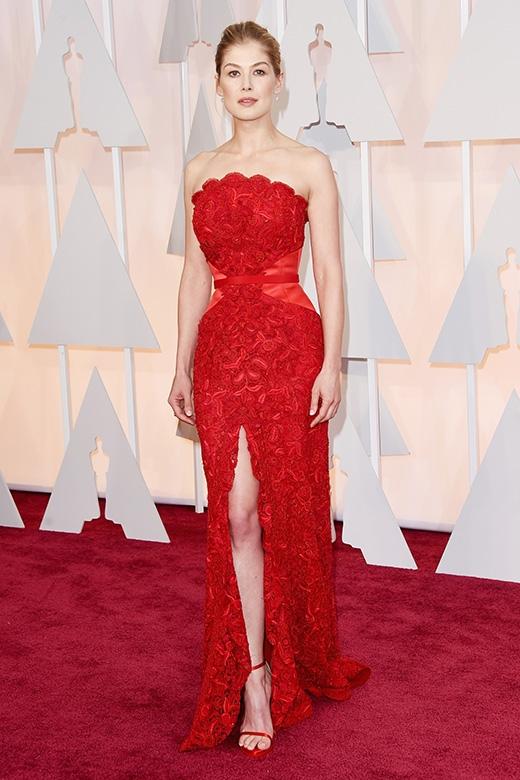 """""""Cô gái mất tích"""" Rosamund Pike trông vô cùng sang chảnh tại lễ trao giải Oscar 2015."""