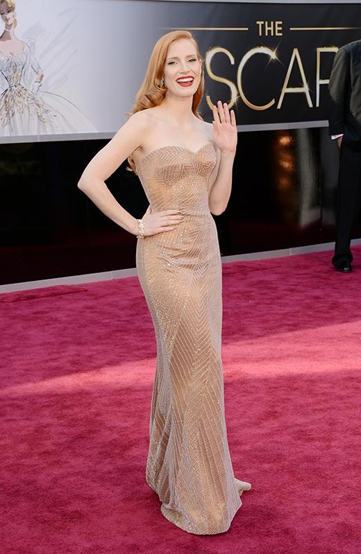 Váy nude cũng chính là item khiến Jessica Chastain nổi bật.