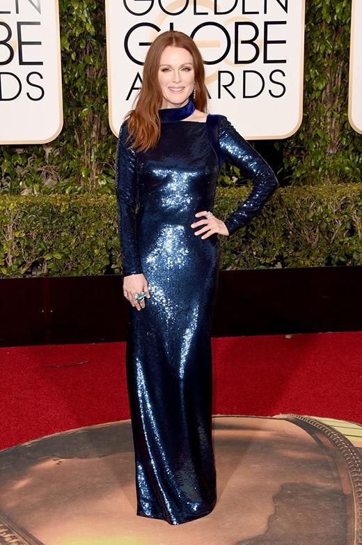 Julianne Moore chứng minh sự quyền lực và vẻ đẹp không tuổi của mình với bộ sequin màu xanh navy tại lễ trao giải Quả cầu vàng 2016.