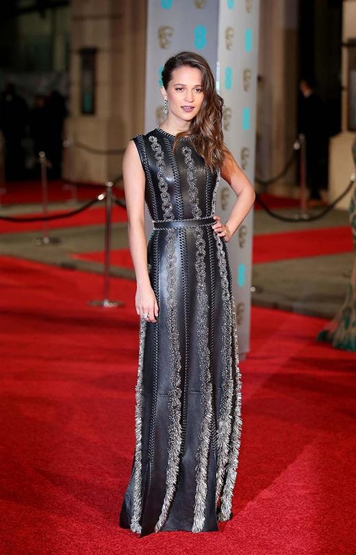 Alicia Vikander trong chiếc váy da sang trọng tại lễ trao giải BAFTAs 2016.