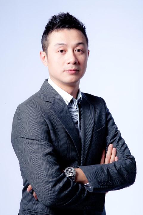 Một thời gian sau, khi đã thể hiện được năng lực của bản thân, anh vinh dự được một kênh truyền hình đình đám châu Álựa chọn trở thành VJ đầu tiên tại Việt Nam dẫn chương trình chuyên vềâm nhạc. - Tin sao Viet - Tin tuc sao Viet - Scandal sao Viet - Tin tuc cua Sao - Tin cua Sao