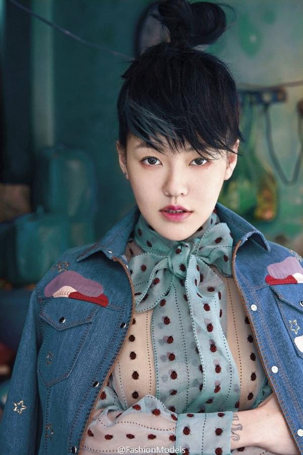 Vào đầu tháng 5 vừa qua, nữ MC nổi tiếng Đài Loan Tiểu S đã đến Hà Nội để chụp một bộ ảnh cho tạp chí Vogue Đài Loan. Sau gần 1 tháng chỉnh sửa, bộ ảnh đẹp này đã được tung ra vào ngày 1/6.