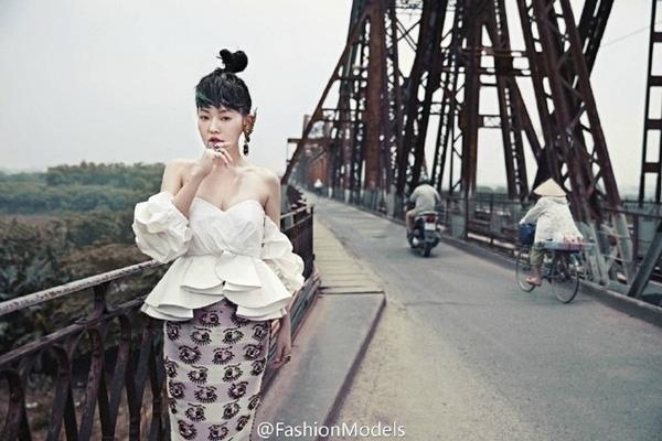 Bộ ảnh chủ yếu được thực hiện tại cầu Long Biên và trên những con phố cổ Hà Nội. Khán giả Việt Nam chắc chắn sẽ rất thích thú khi bắt gặp nhiều hình ảnh quen thuộc của thủ đô trong những shoot hình của Tiểu S.