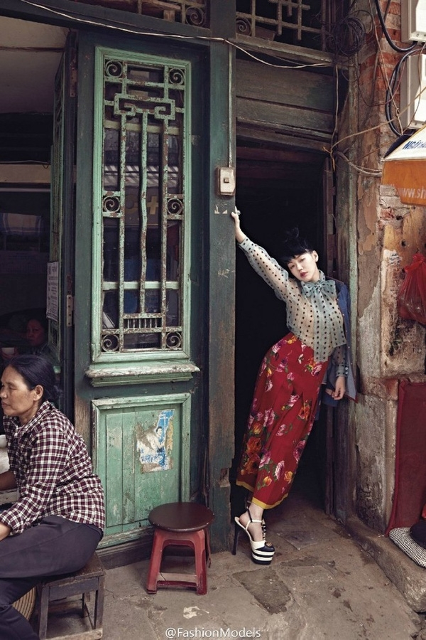 Trong một bức hình, Từ Hy Đệ diện váy con công truyền thống chụp hình bên một góc nhà nhỏ đã đượm màu thời gian của phố cổ.