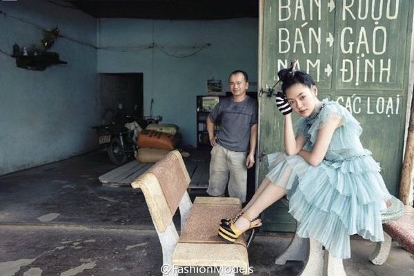 Tiểu S thích thú tạo dáng bên biển hiệu của một cửa hàng Việt Nam.