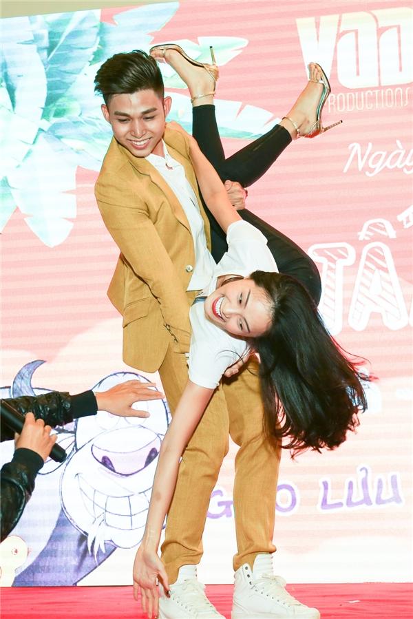 Không kém cạnh, Jun cùngHạ Vi cũng đã có những động tác vũ đạo cực hài hước khiến khán giả cười lặn lộn. - Tin sao Viet - Tin tuc sao Viet - Scandal sao Viet - Tin tuc cua Sao - Tin cua Sao
