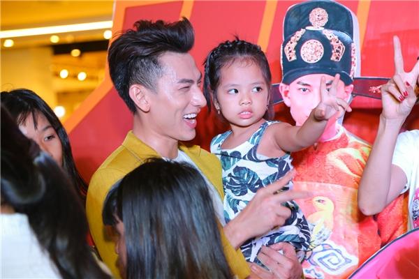 """Hạ Vi cực tình cảm bên Jun, Isaac mừng rỡ """"ôm vai bá cổ"""" dàn Idol Kids - Tin sao Viet - Tin tuc sao Viet - Scandal sao Viet - Tin tuc cua Sao - Tin cua Sao"""