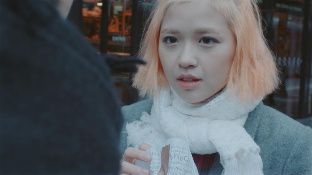 """Juun và Suni từng có những cảnh tình cảm trong MV Em đã biết nhưng với Tình mây ngàn, cả hai đã có nhiều phân đoạn hạnh phúc, tươi vui bên cạnh nhau hơn dù vẫn có sự xuất hiện của """"người thứ 3""""."""