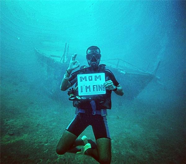 Thậm chí cả khi lặn xuống biển cũng phải cầm bảng theo.