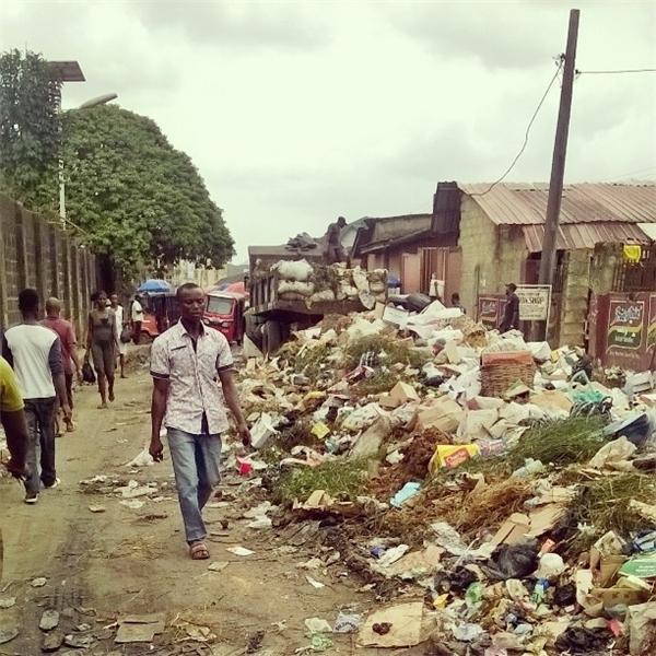 Một góc thành phố Aba đầy những rác
