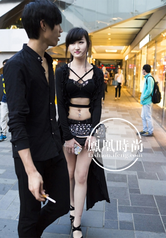 Chàng trai này đúng là có một không hai trên thế giới khi cho phép bạn gái được khoe thân thế kia trên đường phố. Anh ấy không sợ những con mắt nhòm ngó khác hay sao?