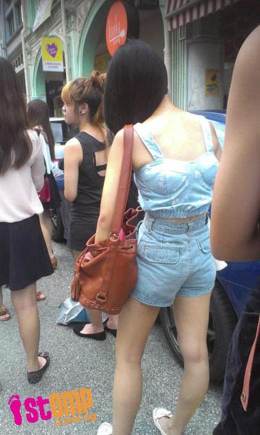 Có bạn còn vô ý đến mức mặc ngược cả áo ngực ra ngoài đường thế này nữa cơ chứ.