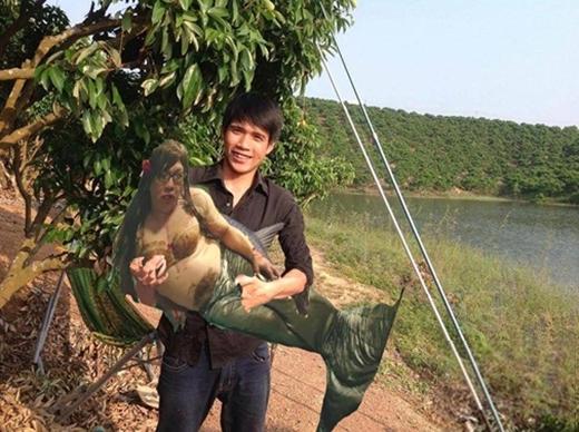 Xin chúc mừng em đã bắt được nàng tiên cá, đặc biệt là nàng phải nặng cả tạ đấy.