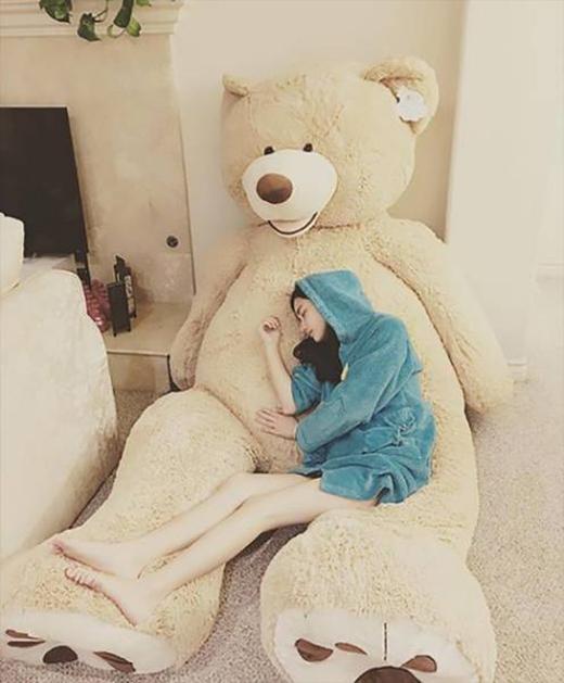 Thay vì sử dụng tràng kỷ thì em gấu bông khổng lồ này cá tính hơn hẳn.