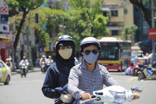 Nắng nóng khiến người dân trùm kín mít khi ra đường - Ảnh: Đức Thuận