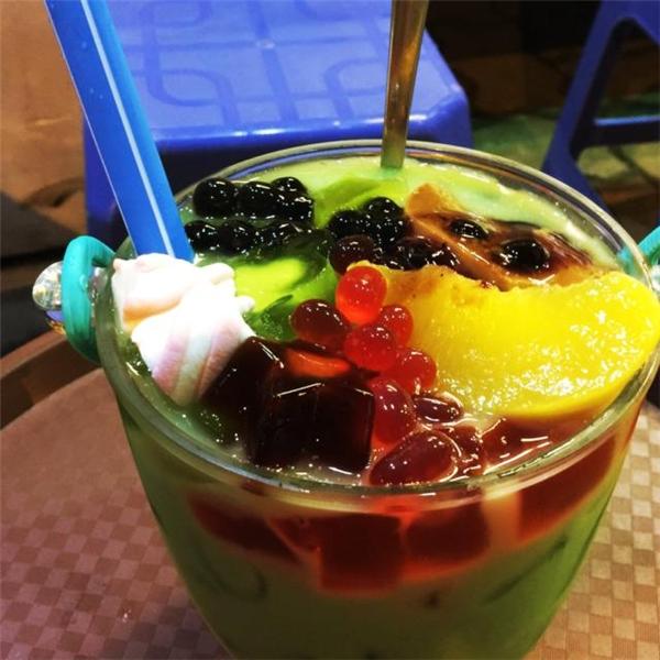 Ngoài lẩu trái cây xô, ở đây còn có cả lẩu trà sữa cũng rất lạ và đáng để thử đấy nhé. (Ảnh: Internet)