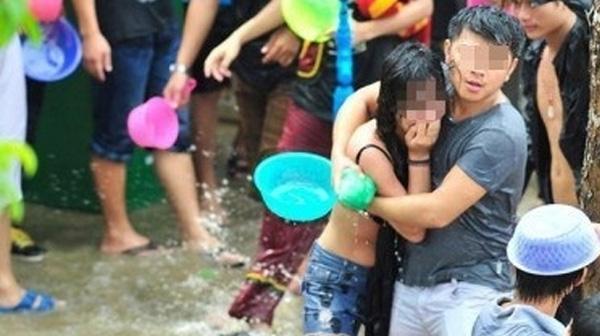 Cô gái bị lột áo, sàm sỡ trong lễ hội té nước.