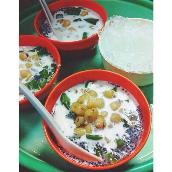 Chè trà xanh hạt sen thơm mát trên phố Lý Thường Kiệt chỉ có giá 20.000 đồng/bát. (Ảnh: Internet)