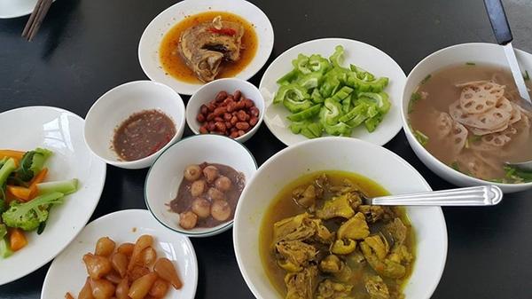 Bữa cơm trưa của nhà Hà Hồlà những món mướp đắng, thịt kho, lạc rang,... bình dị như bao gia đình khác. - Tin sao Viet - Tin tuc sao Viet - Scandal sao Viet - Tin tuc cua Sao - Tin cua Sao
