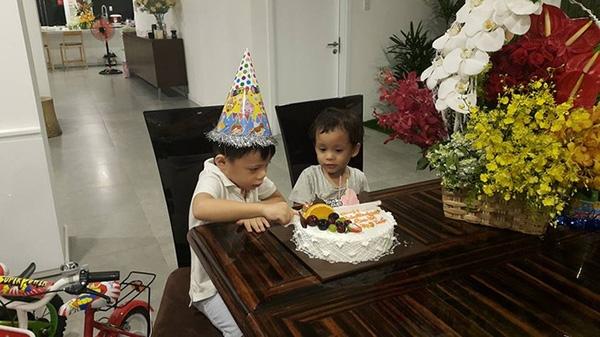 Hai người cháu của Hà Hồ đón tuổi mớicùng ông bà, bố mẹ và các cô các bác trong ngày sinh nhật. - Tin sao Viet - Tin tuc sao Viet - Scandal sao Viet - Tin tuc cua Sao - Tin cua Sao