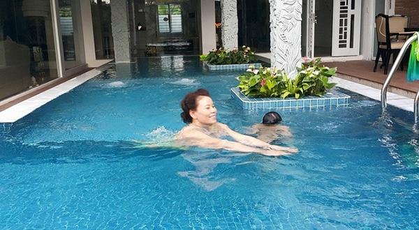Bà Ngọc Hương thường xuyên tập bơi cùng các cháu để rèn luyện sức khỏe. - Tin sao Viet - Tin tuc sao Viet - Scandal sao Viet - Tin tuc cua Sao - Tin cua Sao