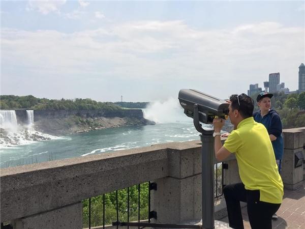 Quay trở lại với chuyến lưu diễn Canada, ngoài những lúc lên sân khấu, Mr Đàm dành thời gian đi thăm thú nhiều địa danhvà chụp ảnh lưu niệm.