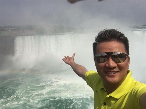 Nam ca sĩcũngkhông bỏ lỡ cơ hội trở lạighéthăm thácnước Niagara nổi tiếng tại Bắc Mĩsau 10 năm kể từ lần đầu tiên anh đặt chân đến nơi này.