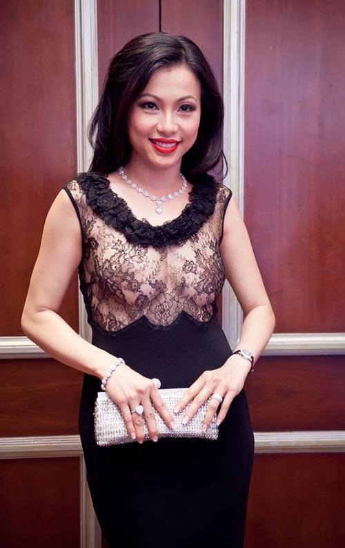 """Hoa hậu Ngô Mỹ Uyên cũng từng gây sốc khi diện bộ váy có phần thân trên """"mặc như không mặc""""."""