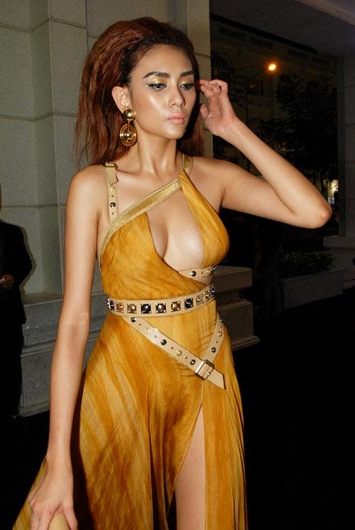 Chiếc váy màu vàng đất của Versace với phần ngực cắt xẻ khiến Hoàng Yến liên tục rơi vào các bảng xếp hạng mặc xấu trong một khoảng thời gian dài.