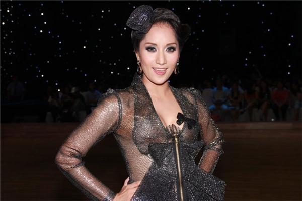 Khánh Thi từng gặp sự cố nhỏ với trang phục mỏng tang như giấy trên ghế nóng Bước nhảy Hoàn vũ.