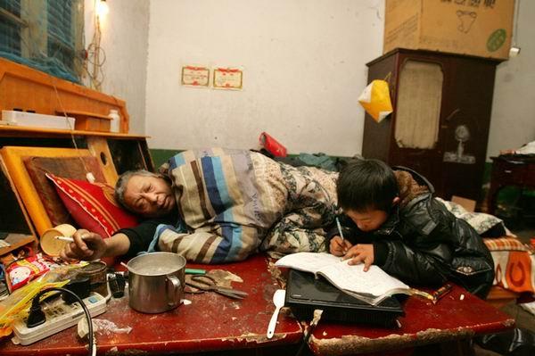 Dù hoàn cảnh khó khăn nhưng cậu bé rất chăm học.
