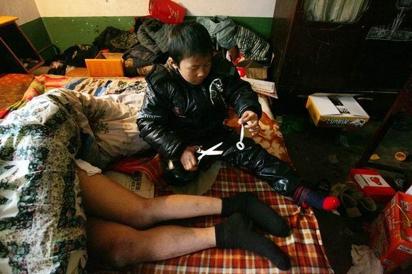 Hàng ngày cậu bé phải dậy sớm để chăm sóc người cha bị liệt.