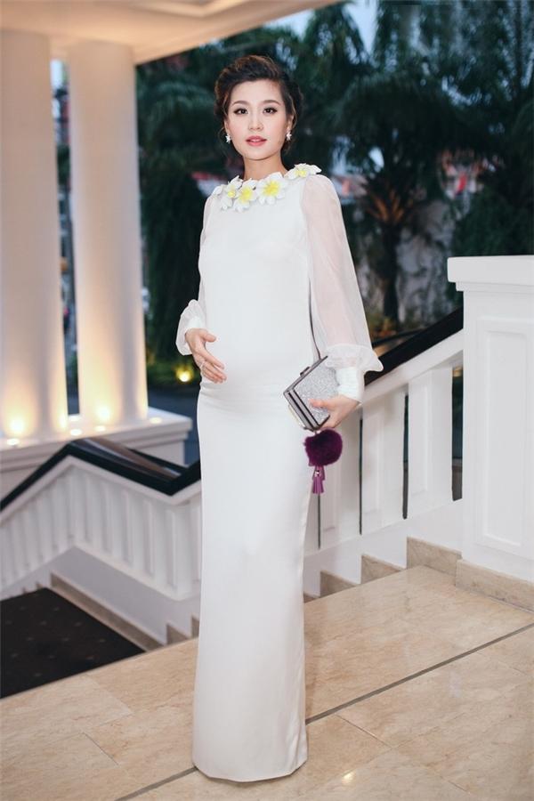 Diễm Trang sang trọng, quyến rũ với sắc trắng khi tham dự buổi họp báo ra mắt Hoa hậu Việt Nam 2016 vòng sơ tuyển khu vực phía Nam. Sau 1 năm đương nhiệm với ngôi vị Á hậu Việt Nam, người đẹp chính thức lên xe hoa về nhà chồng vào tháng 12 năm ngoái.