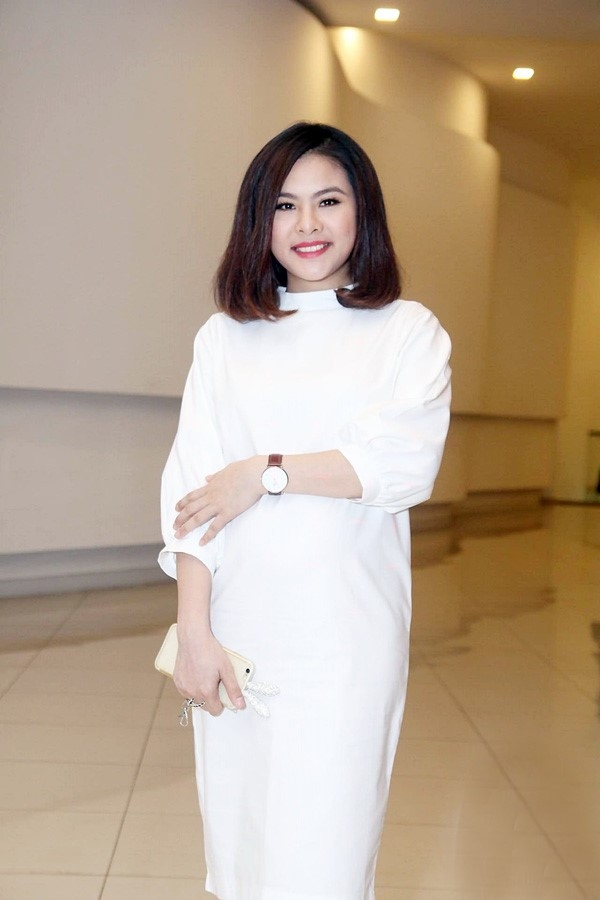 Vân Trang diện váy rộng trông trẻ trung, năng động ở những tháng đầu của thai kì. Sau khi kết hôn không lâu, nữ diễn viên đã có tin vui.